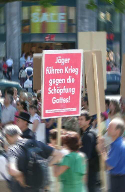 Titelbild: Demo der 'Initiative zur Abschaffung der Jagd' am 3. August 2002 in Berlin (Foto: Maqi)